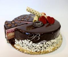 Tort Cassis Komozycja lekkiego musu z czarnej porzeczki oraz musu z ciemnej belgijskiej czekolady, a wszystko<br> to połączone blatem czekoladowym i jasnym z dodatkiem likeru z czarnej porzeczki, w towarzystwie chrupiących prażynek oraz konfitury z porzeczki.