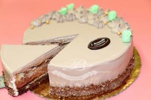 Tort Miętusek jest to kompozycja lekkiego musu czekoladowego, połączona biszkoptem jasnym i czekoladowym,<br> przełożona kremem czekoladowo- miętowym w towarzystwie chrupiących prażynek, całość wykończona czekoladą.