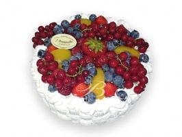 Tort owocowy - Tort ze świeżych sezonowych owoców w puszystej bitej śmietanie w towarzystwie blatów biszkoptowych z kawałkami owoców.