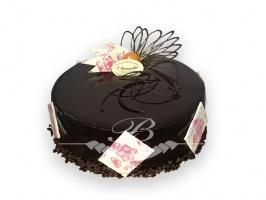 Tort pralinowy - Tort na bazie czekolady mlecznej i deserowej z zaskakującym dodatkiem chrupiących prażynek oraz orzeszków.