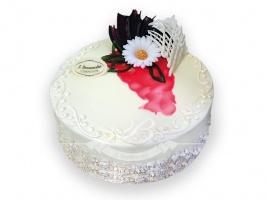 Tort śmietankowo-truskawkowy - Puszyste biszkopty nasączone syropem, pomiędzy nimi musy ze świeżych truskawek i bitej śmietany.
