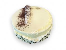 Tort Ambasador - Tradycyjny tort składający się z dwóch blatów biszkoptowych ciemnych i jednego jasnego,<br> przełożonych delikatnym kremem czekoladowym z kawałkami czekolady oraz kremem adwokatowym na maśle z mandarynką w towarzystwie blatu kokosowego.
